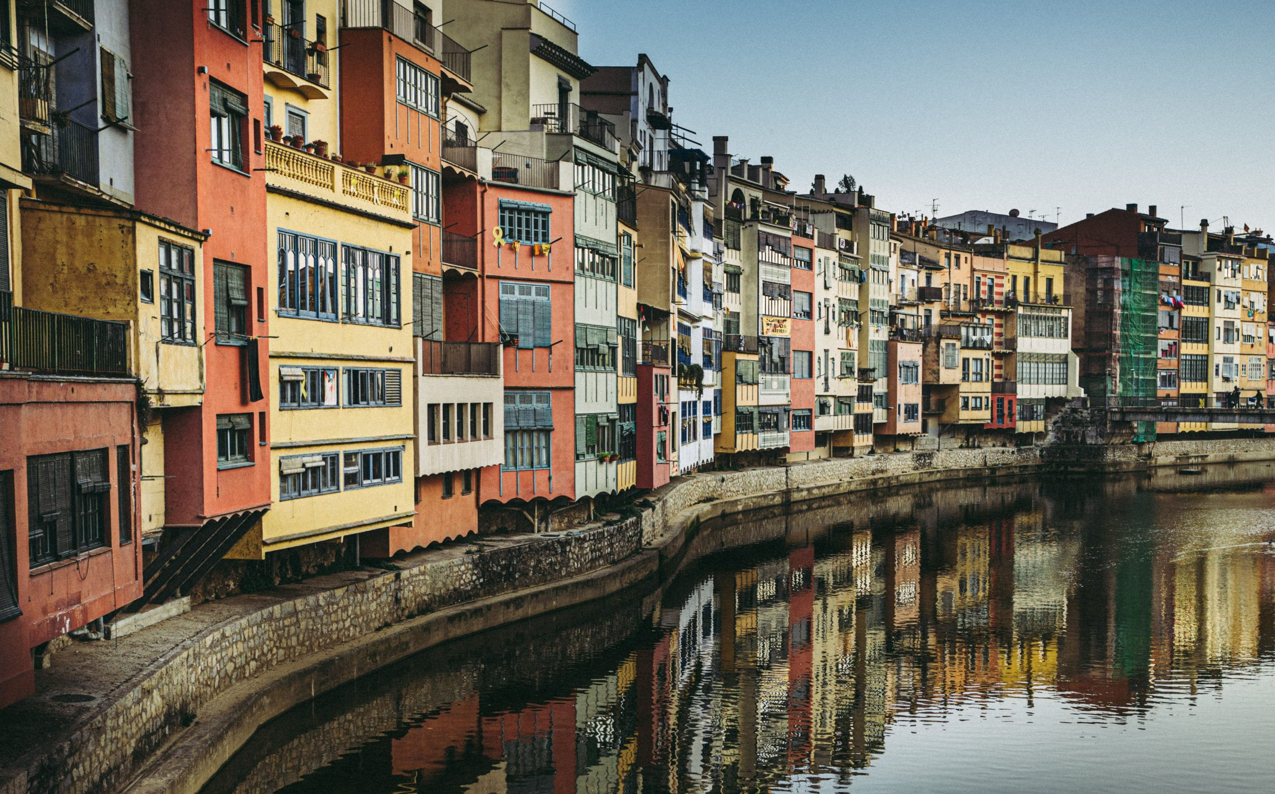 Girona-colorful-houses-along-river-onyar